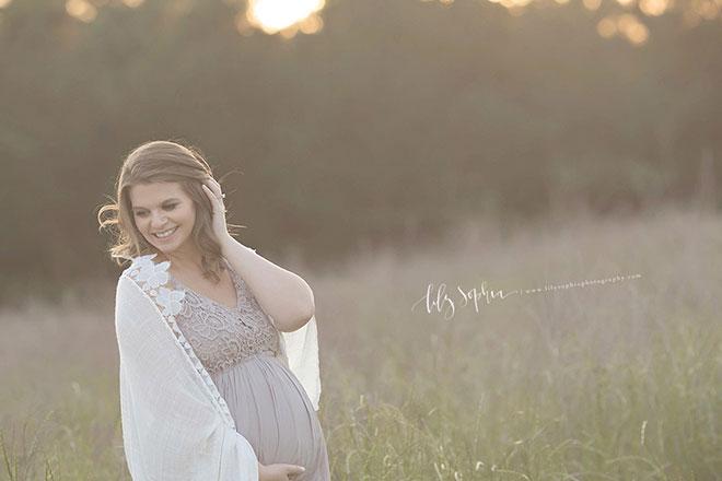 беременная девушка в поле