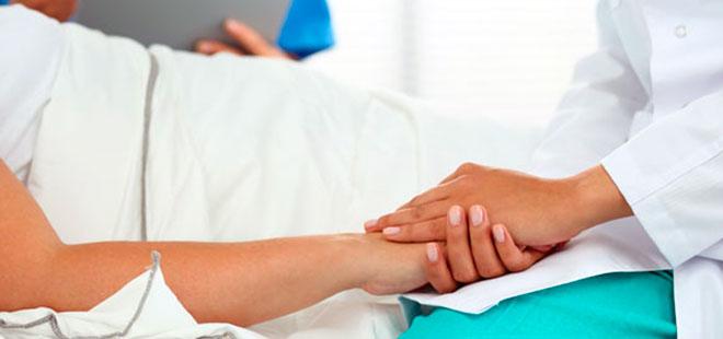 женщина лежит в больнице