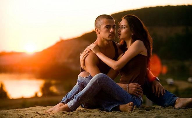 девушка и парень на закате