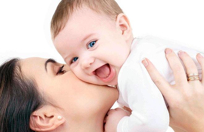 женщина держит на руках ребенка