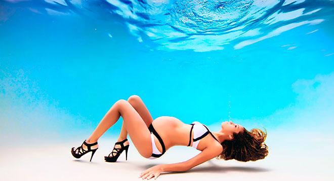 беременная девушка под водой
