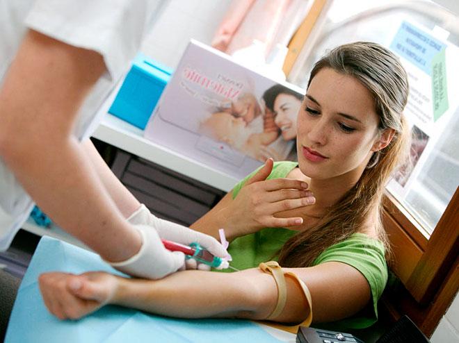 девушка сдает анализ крови из вены на ХГЧ
