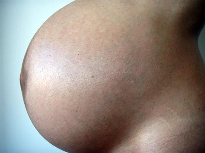 большой живот беременной двойней женщины