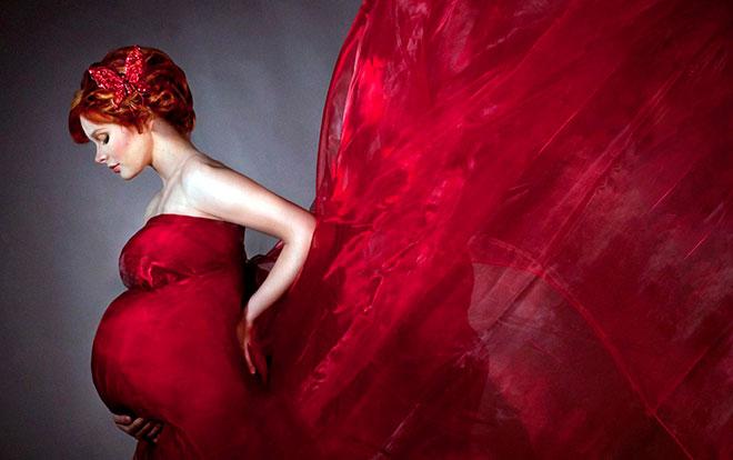 беременная женщина в красном платье