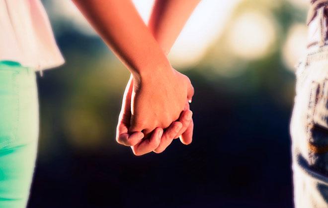 женщина и мужчина держатся за руки