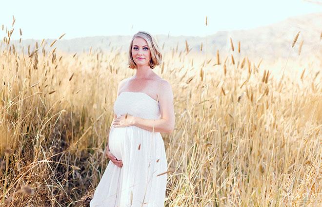 беременная взрослая женщина в поле