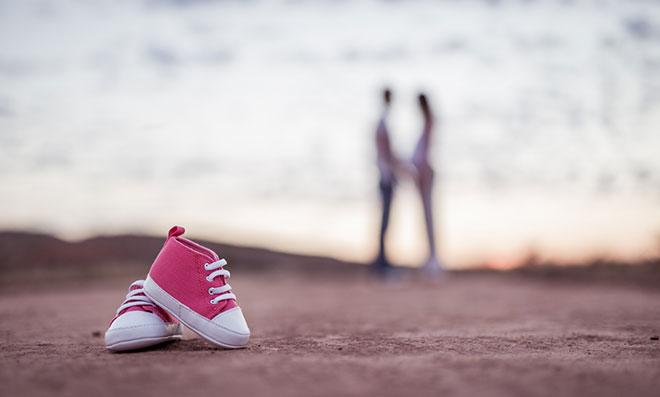 пара на море и маленькая детская обувь