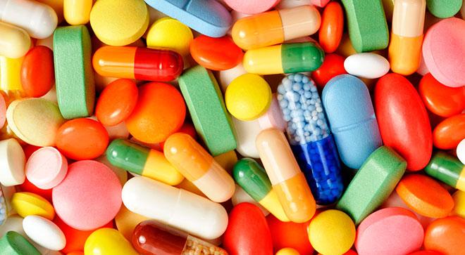 много разноцветных таблеток и капсул для того, чтобы быстро забеременеть