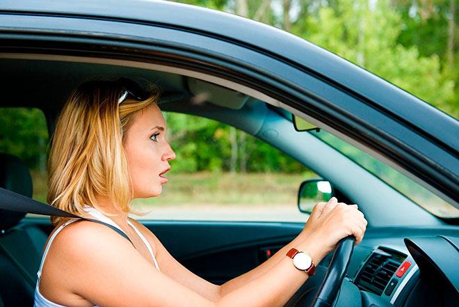 женщина за рулем в панике