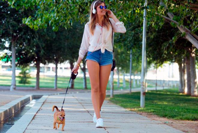 девушка гуляет в парке с собакой