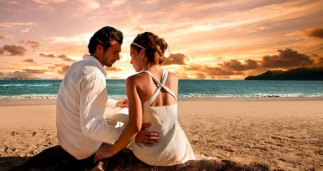 женщина и мужчина на берегу моря на закате