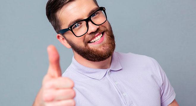 мужчина с бородой показывает класс