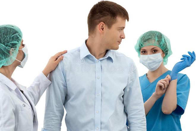 мужчина на приеме у двух женщин врачей