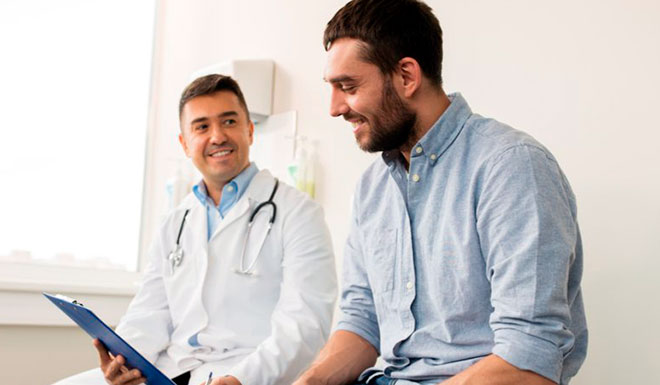 мужчина пришел к врачу сдавать тест на бесплодие