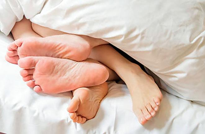 ноги мужчины и женщины торчат из под одеяла
