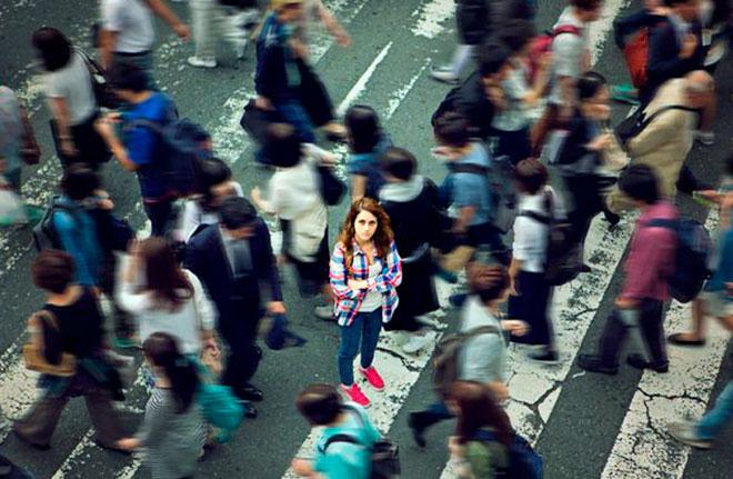девушка на улице среди толпы