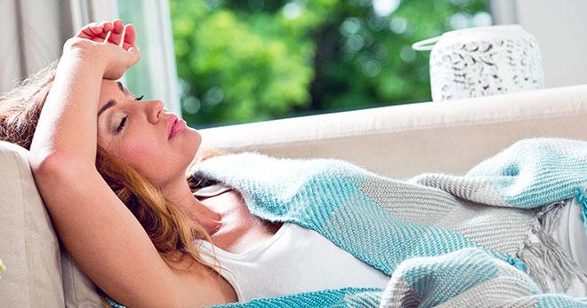 девушка после переноса эмбрионов заболела простудой и лежит на диване