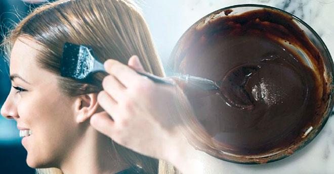 девушке красят волосы натуральными средствами