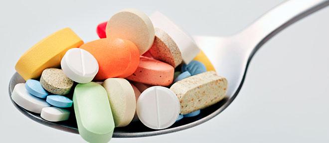 столовая ложка с разными таблетками