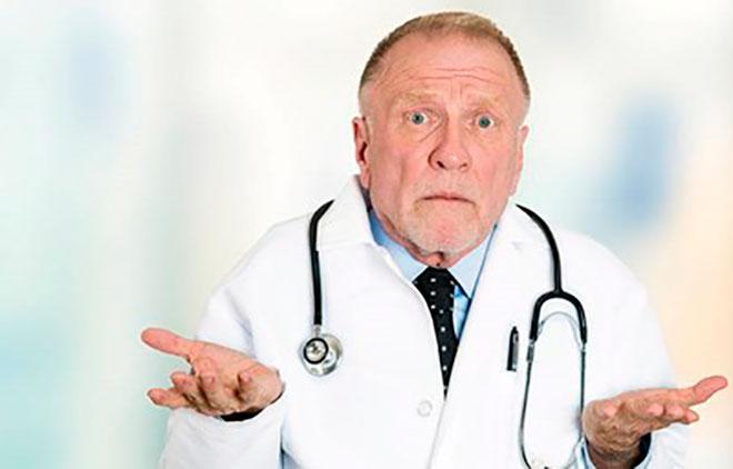плохой доктор разводит руками
