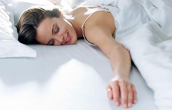 девушка лежит на кровати и улыбается