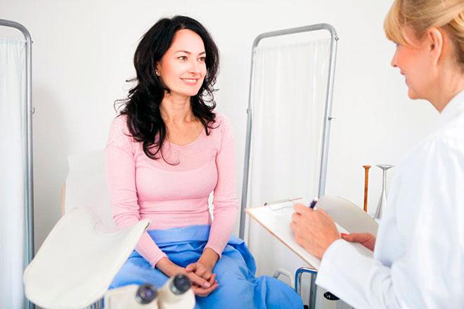 женщина готовиться пройти обследование организма после подсадки эмбриона