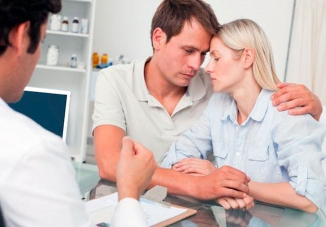 расстроенная пара у которых эко не получилось с первого раза на приеме у врача
