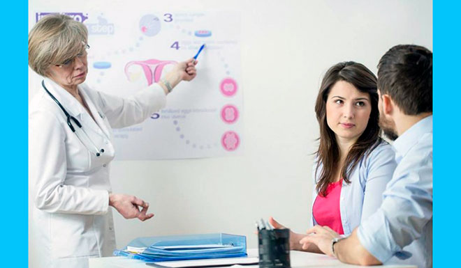 доктор объясняет семейной паре, как вылечить бесплодие