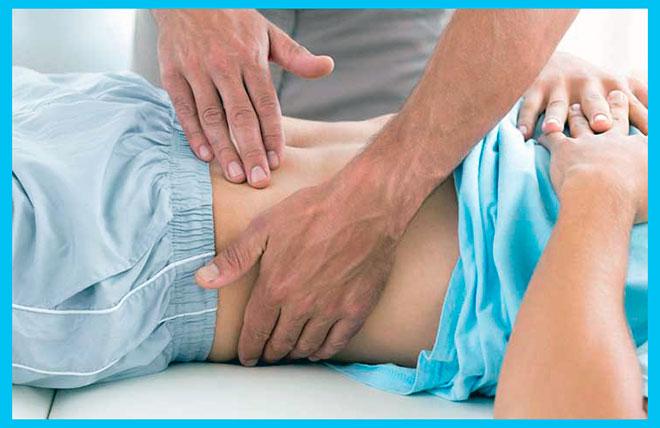 врач проводит диагностику пальпацией гломерулонефрита у женщины
