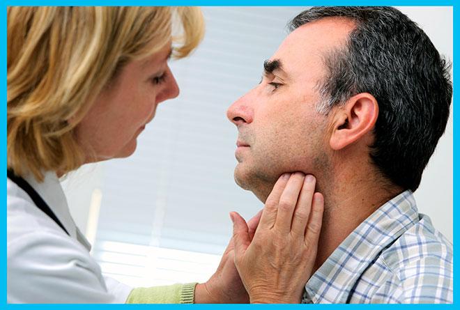 эндокринолог проверяет щитовидную железу у мужчины