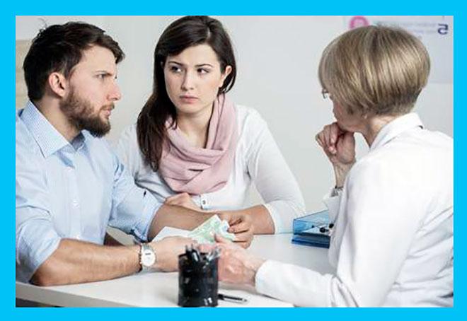 девушка и мужчина на приеме у врача репродуктолога