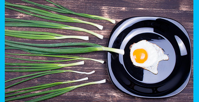 яичница похожая на яйцеклетку и много зеленого лука похожего на сперматозоиды