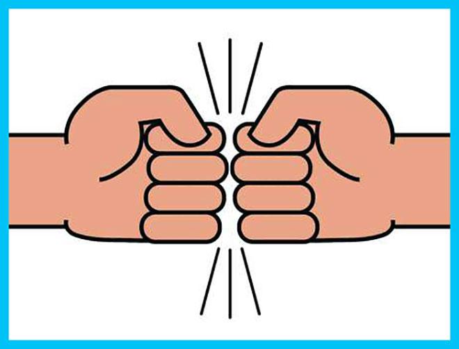 два кулака друг напротив друга