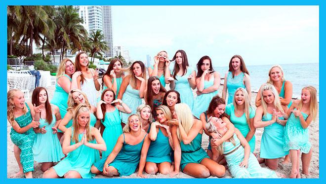 много красивых девушек в голубых платьях на пляже