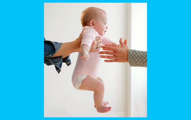 малыша передают из рук в руки
