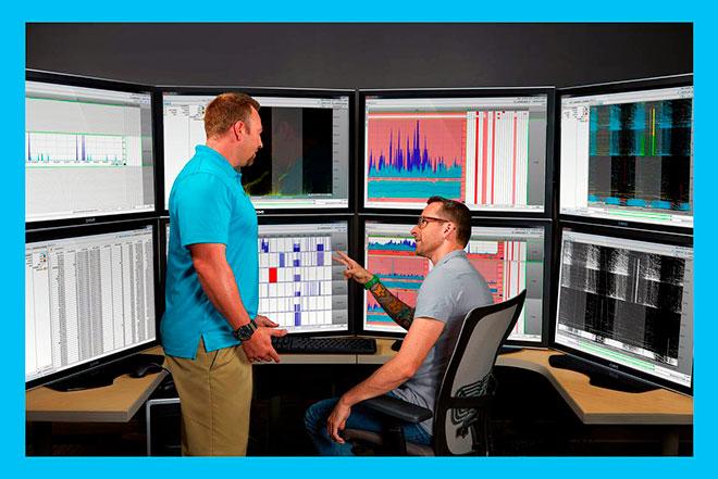 двое мужчин работают за супер компьютером