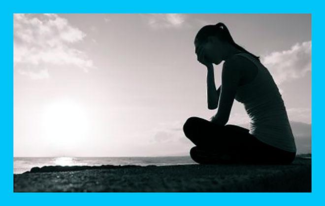 черно-белая фотография грустной женщины с ложной беременностью
