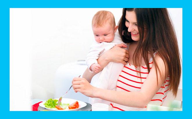 молодая мама с ребенком на руках правильно питается чтобы похудеть после родов