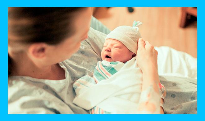 женщина с седловидной маткой родила ребенка и держит его на руках