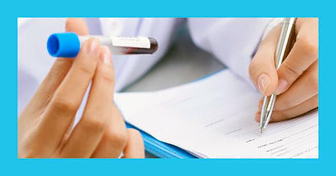 врач записывает в карту результат анализа крови и определения резус-фактора будущих родителей