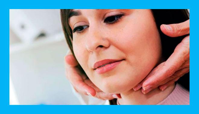 эндокринолог ощупывает щитовидную железу девушки