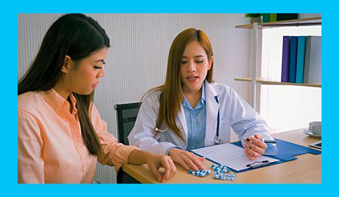 доктор расписывает лечение детской матки пациентке