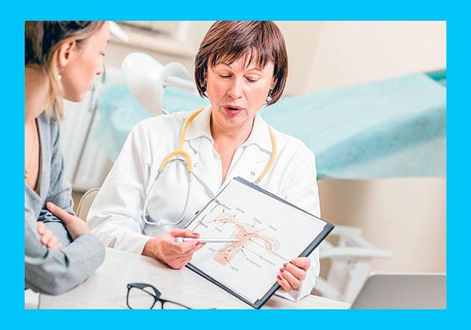 женщина гинеколог объясняет пациентке, как избавиться от спаек