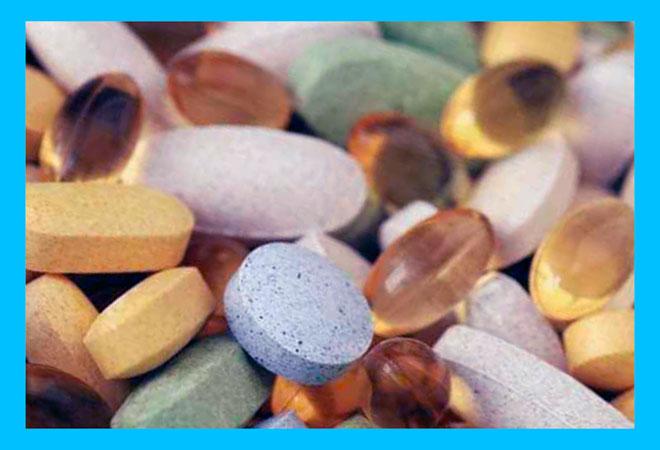 много таблеток разных витаминов и полезных кислот