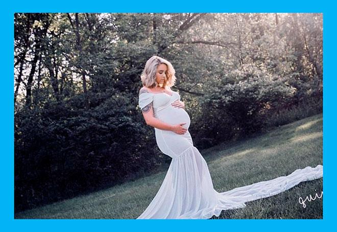 беременная женщина в длинном белом платье в лесу
