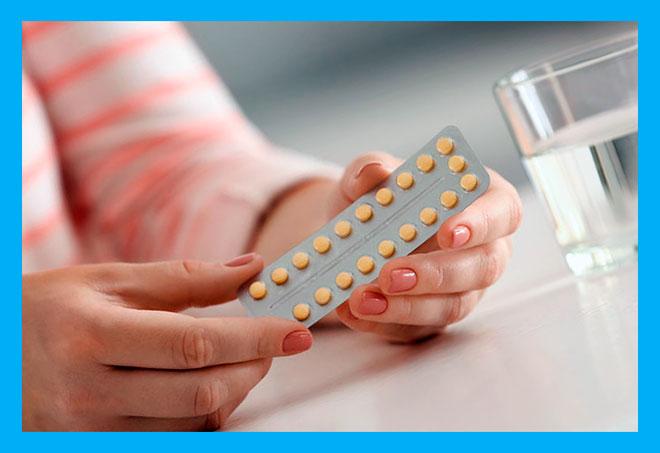 женщина держит блистер с антибиотиками