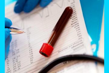 лаборант записывает показатели анализа крови на прогестерон в отчет