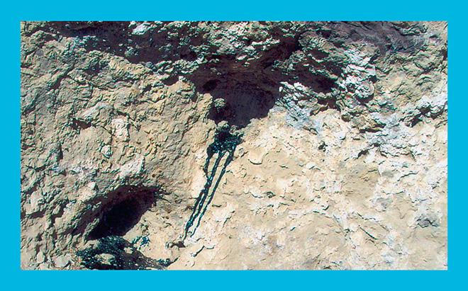 мумие вытекает из склона горы