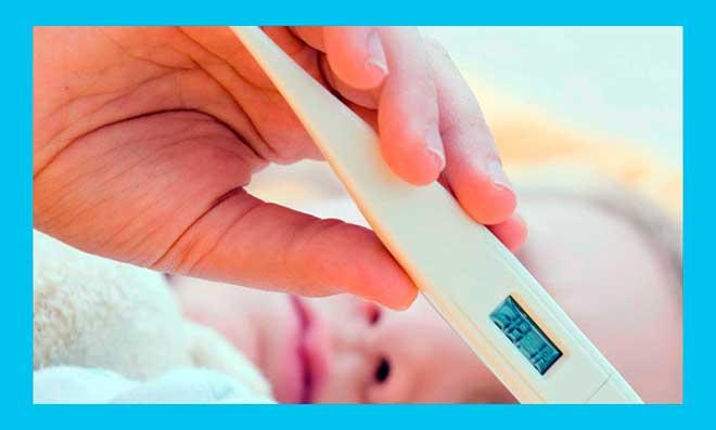женщина держит в руке электронный градусник с температурой 38,1°C