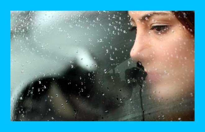 грустная женщина смотрит из окна автомобиля